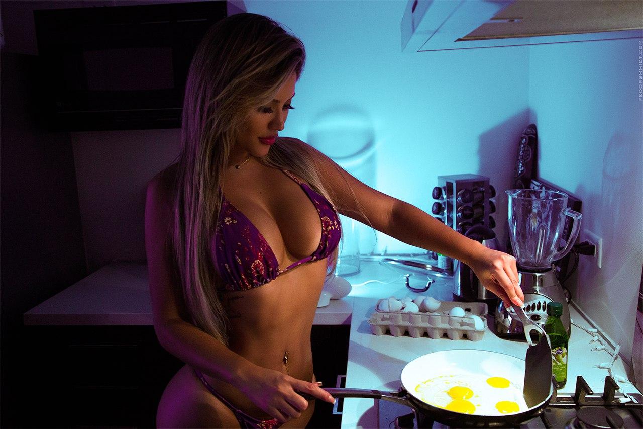Разделась на кухни фото, Восхитительная девушка на кухне 8 фотография