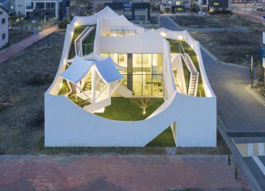 Piloot laat modern huis ontwerpen dat lijkt te vliegen fhm