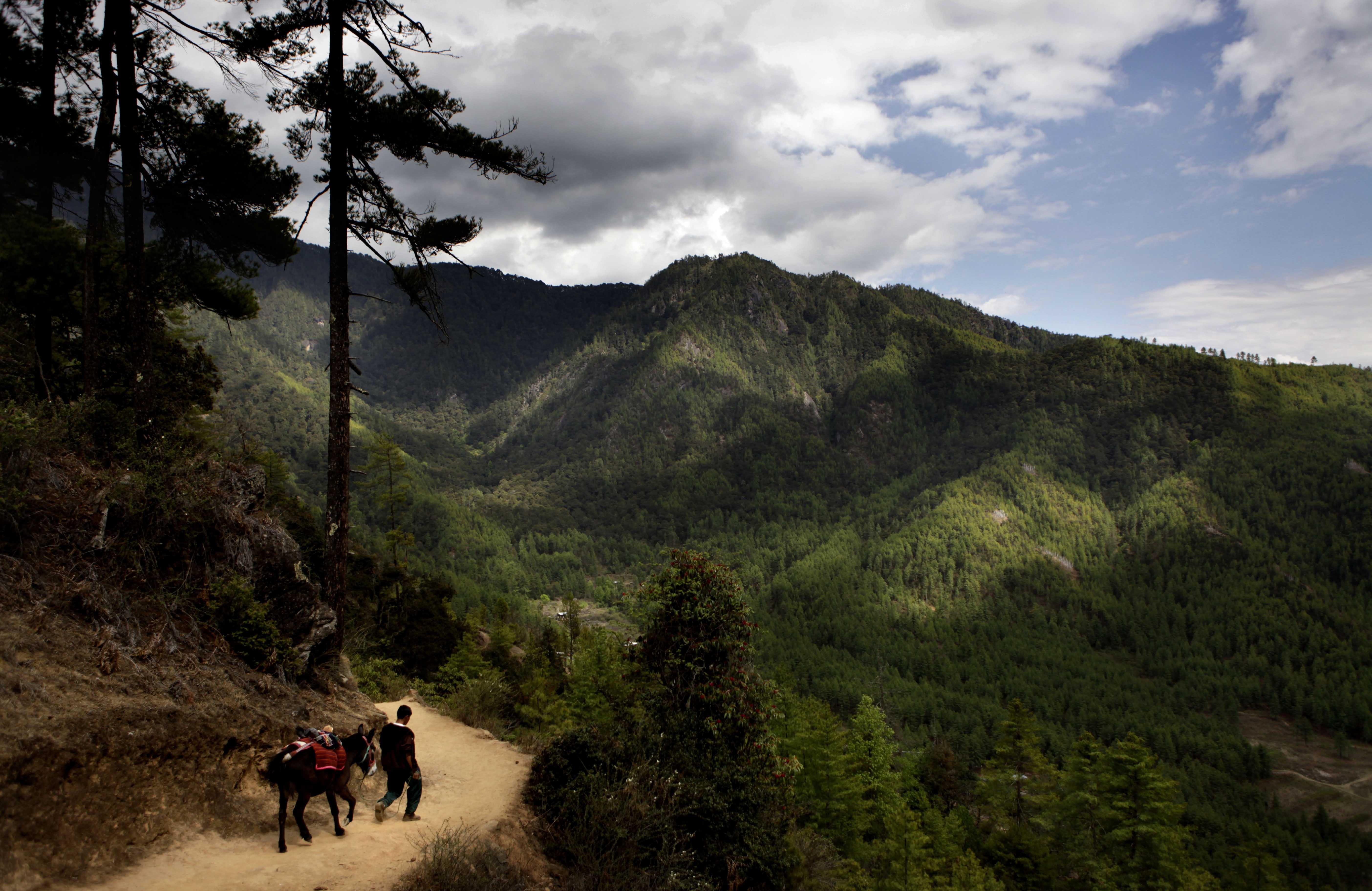 Bhutan-Het landschap lijkt zo uit de film Avatar te komen en de bevolking leeft bijzonder vredig in de natuur. (AP Photo/Manish Swarup)