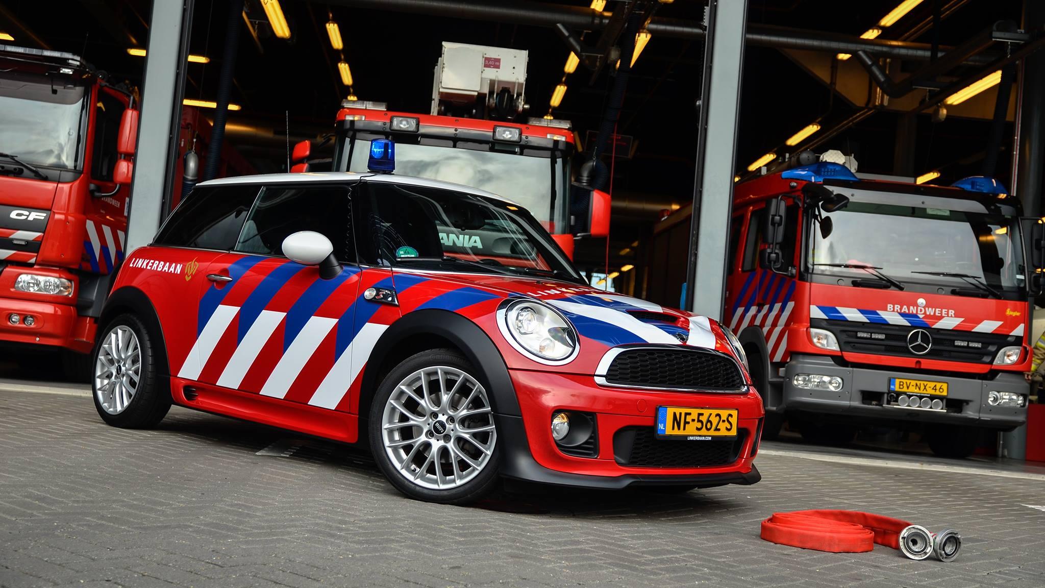 brandweer  zwolle neemt nieuwe mini dienstautos fhm