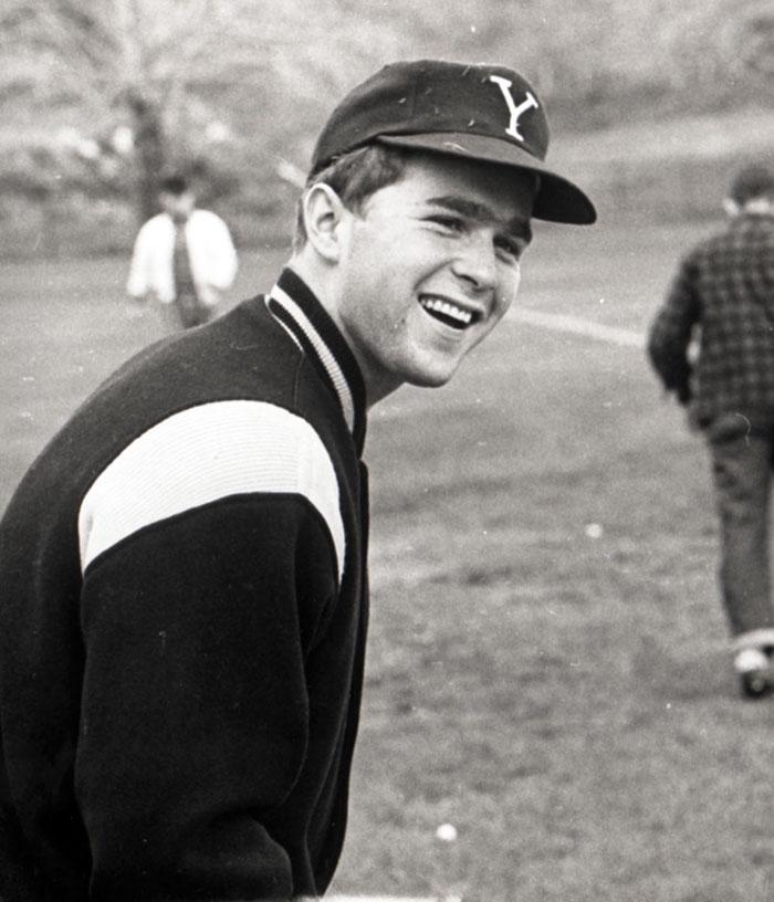 George W. Bush tijdens een honkbal training bij Yale University in circa 1964-68
