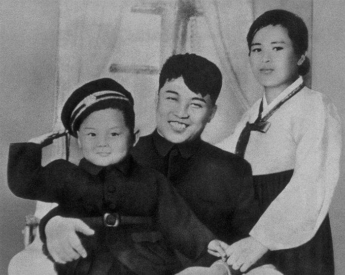 Kim Jong-il met zijn vader, Kim Il-sung, en moeder, Kim Jong-suk in 1945