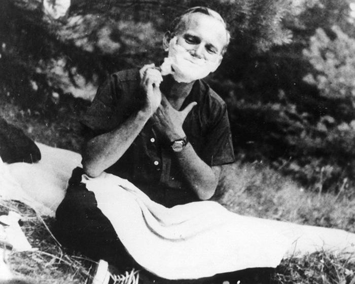 Een scherende Paus John Paul II