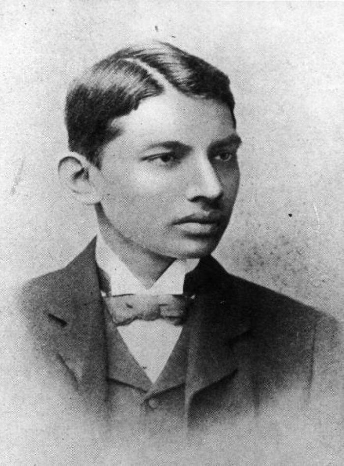 Mahatma Gandhi in 1887 als student rechten