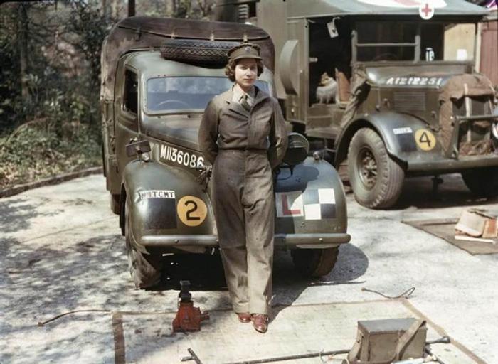 18 jaar oude Prinses Elizabeth van Engeland tijdens haar tijd in wereldoorlog II waar zij voertuigen bestuurde en repareerde. 1945