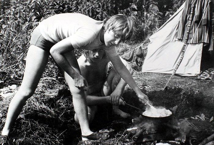 Angela Merkel die kookt op een camping met vrienden in juli 1973
