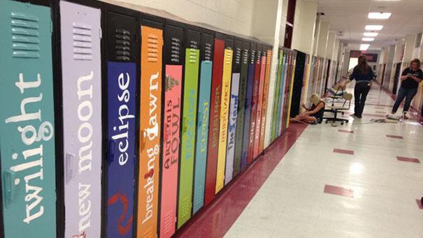 Kluisjes geverfd naar boektitels om een 'literaire straat' te creëren