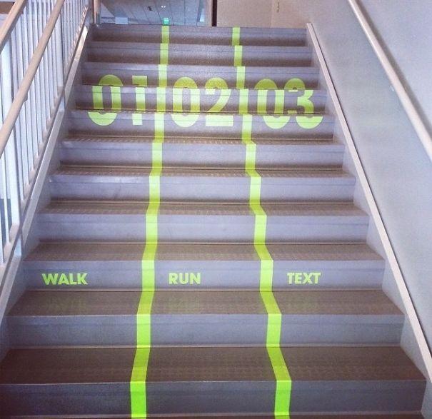Nooit meer geïrriteerd achter iemand staan als je haastig de trap op moet.