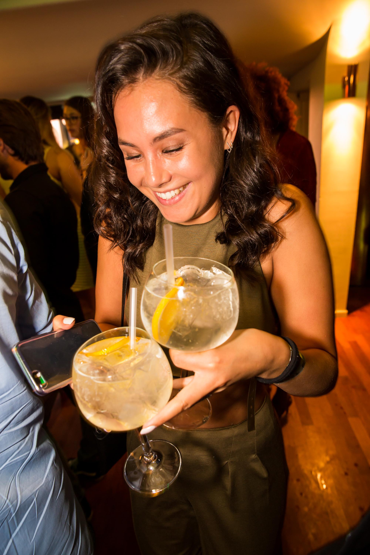 Fay de Jonge met cocktails