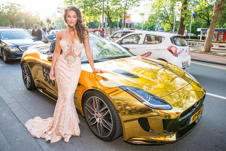 Nochtli Peralta Alvarez met de gouden Jaguar F-Type