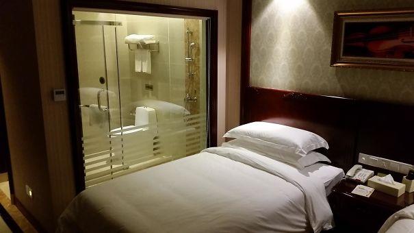 Beetje ongemakkelijk als je hebt besloten een kamer te delen met je zakenpartner.