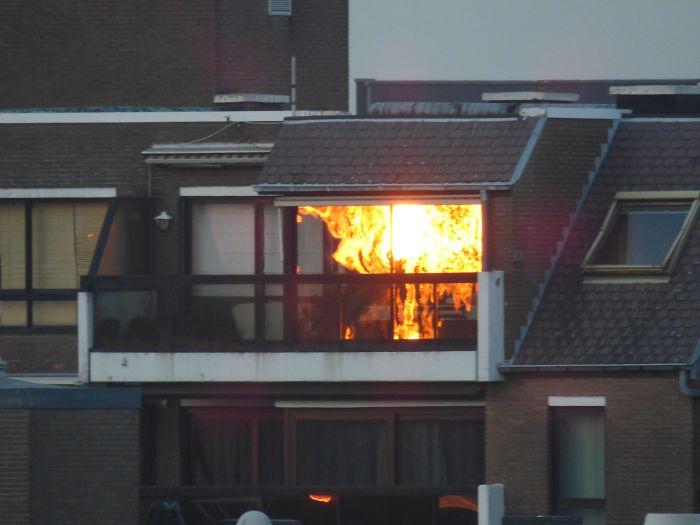 Zonlicht reflecteert in het raam.