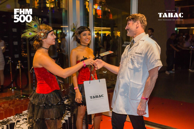TABAC Barbershop Stories Barbier Martijn ontvangt een van de goodiebags
