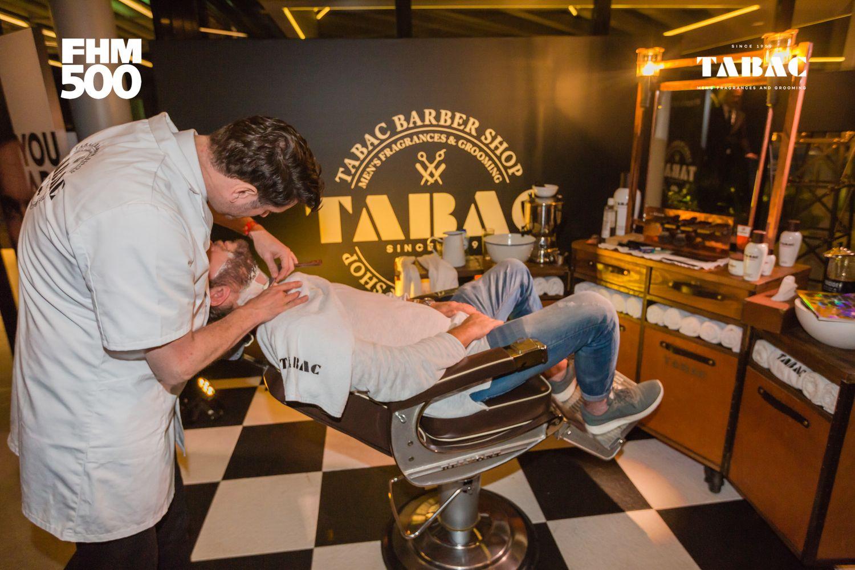 Er werden mensen geschoren in de barber chair van TABAC.
