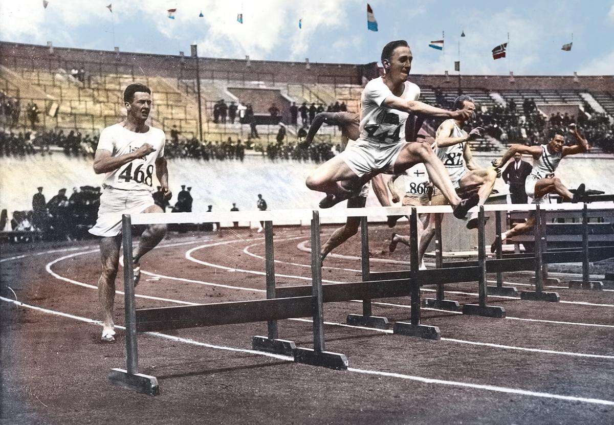 Strijd en beloning. De Brit David Burgley leidt het veld in de finale van de 400 meter horden. 53,4 seconden na het startschot was hij zeker van de gouden olympisch medaille, die hem later door koningin Wilhelmina werd uitgereikt.