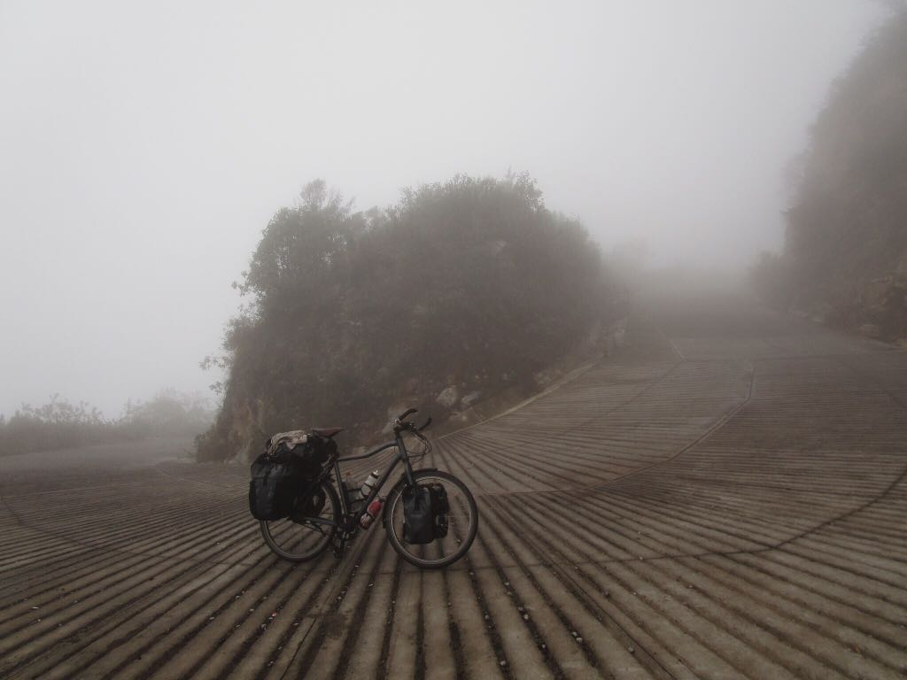 Stijf naar beneden in de mist, ten zuiden van Mexico Stad.
