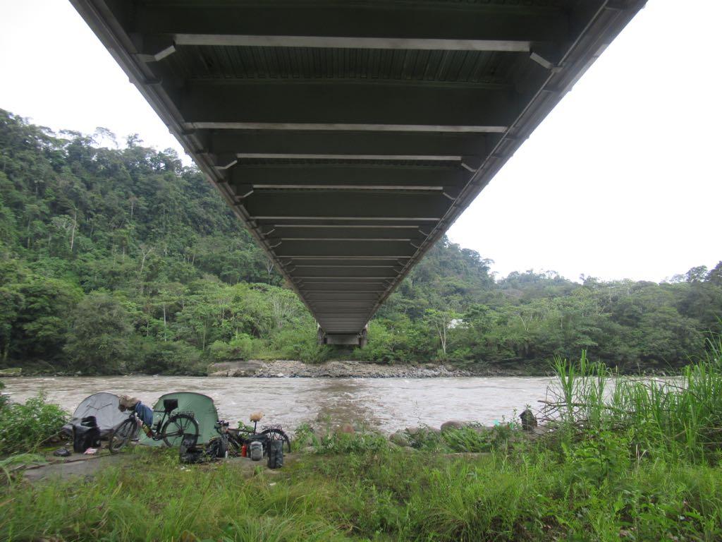 Tukken onder een brug in Ecuador.