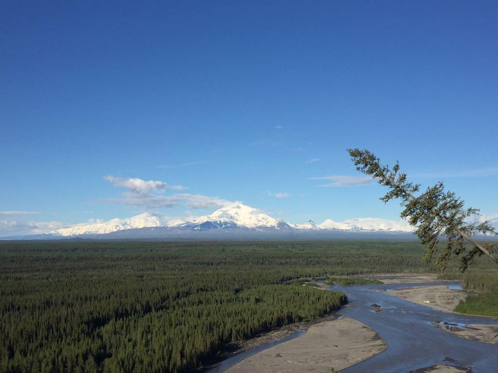 Kampeerplek in Alaska, met uitzicht op Wrangell St. Elias National Park (ter grootte van Zwitserland)