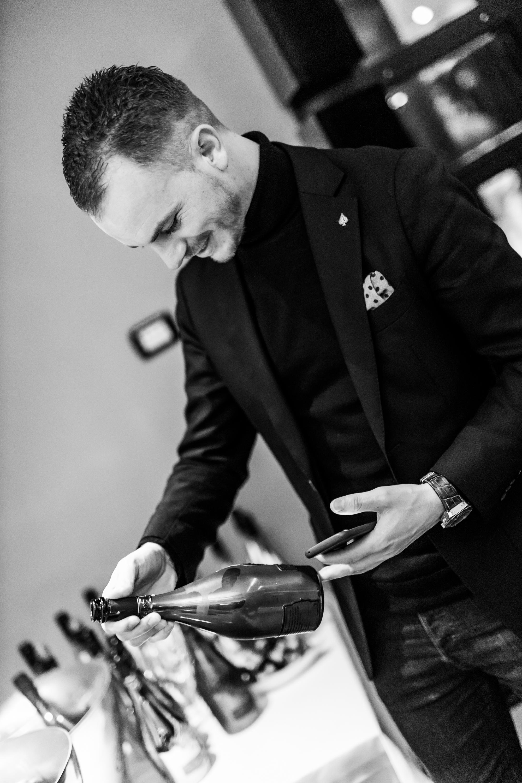 Niels Zondervan - Fourcroy Nederland importeur van Armand de Brignac Champagne met een van de 2333 flessen.